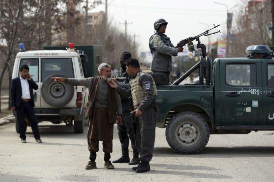 Терорист-смертник підірвав машину біля будівлі правоохоронців у Афганістані: є жертви