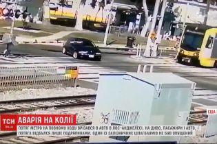 Поезд метро на полном ходу врезался в автомобиль в Лос-Анджелесе
