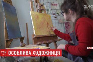 Особая художница: рисунки девушки с синдромом Дауна печатают на платках во Львове
