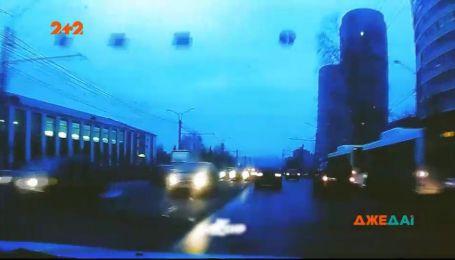 Российский водитель слишком разогнался и столкнул соседние машины