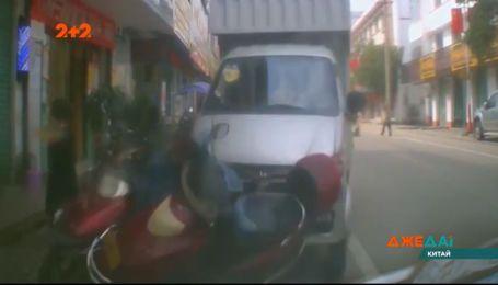 В Китае мальчик выскочил на дорогу под колеса грузовика