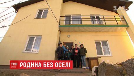 Родині переселенців із 8 всиновленими дітьми відмовили у власності на дім, зведений коштами ЄС