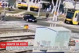 Потяг метро на повному ходу врізався в автівку в Лос-Анджелесі