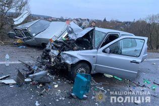 У Тернопільській області легковик занесло на мокрому асфальті: п'ятеропоранених, серед них 4-річна дитина