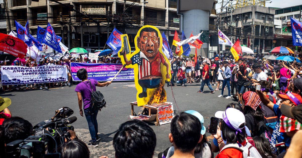 Філіппіни, Маніли. Учасники акції спалюють зображення президента. @ Associated Press