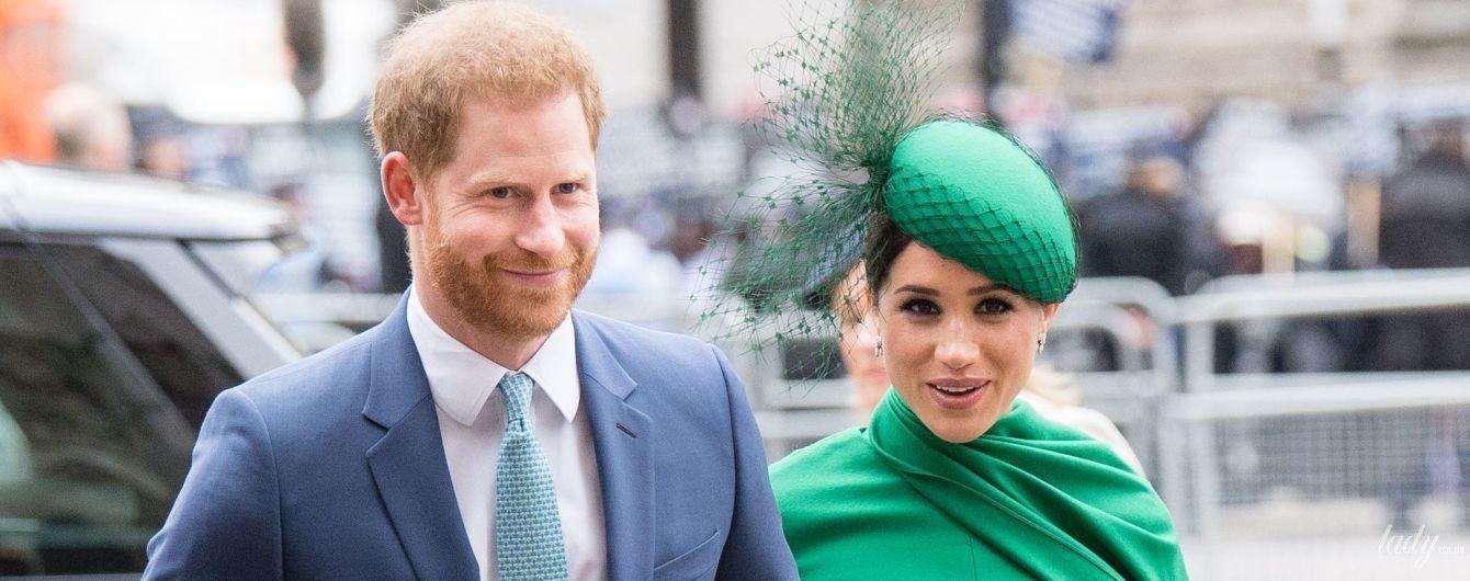 В изумрудном платье и шляпке: герцогиня Меган и принц Гарри прибыли на службу в Вестминстерское аббатство