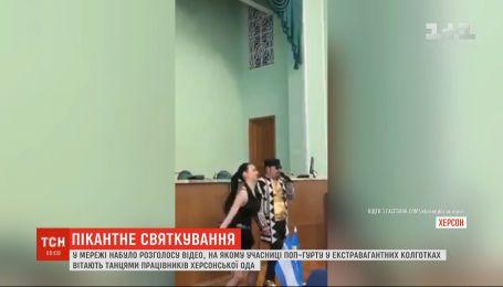 Пикантные танцы в сессионном зале: поп-группа развлекла херсонских депутатов в честь 8 Марта