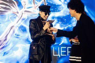 MARUV у піджаку, дружина Монатіка у костюмі: YUNA роздала перші нагороди