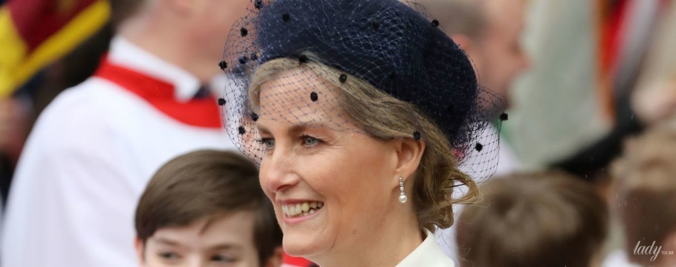 В білій сукні та капелюсі з вуаллю: ефектна графиня Софі на службі