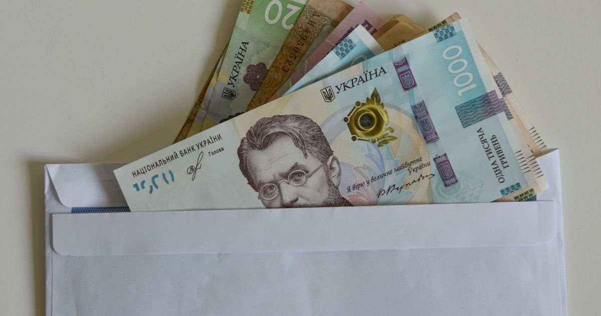 """""""Бідні люди"""": у РНБО та МВС розповіли, скільки заробляли працівники на """"каналах Медведчука"""""""