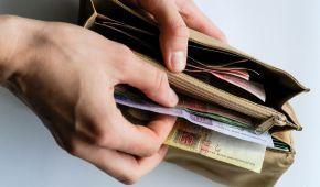 Кабмін підвищив посадові оклади бюджетників: коли і як зміниться зарплата