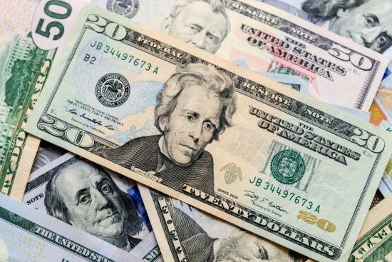 """Долар продовжує здешевшання: курси валют Нацбанку, обмінників та """"чорного"""" ринку"""