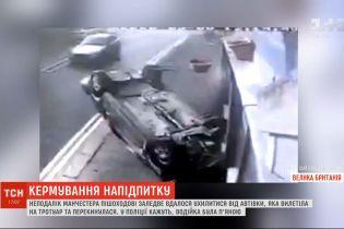 Неподалеку Манчестера пешеходу едва удалось увернуться от машины, которой управляла пьяная водительница