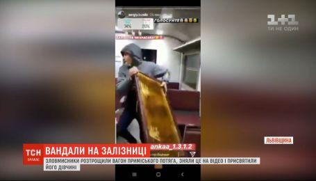 Злоумышленники разгромили вагон пригородного поезда, сняли это на видео и посвятили его девушке