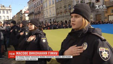Во Львове на площади Рынок массово спели гимн Украины