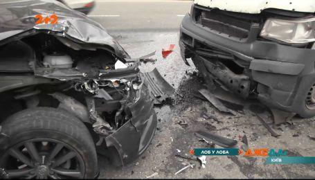 Серйозна троща на вулиці Ярослава Чорновола у столиці: автомобілі зійшлися у лобову