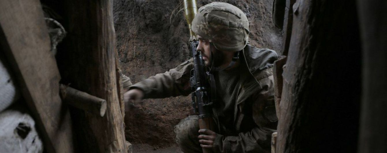 На Донбассе боевики не прекращают обстрелов - ранен украинский боец
