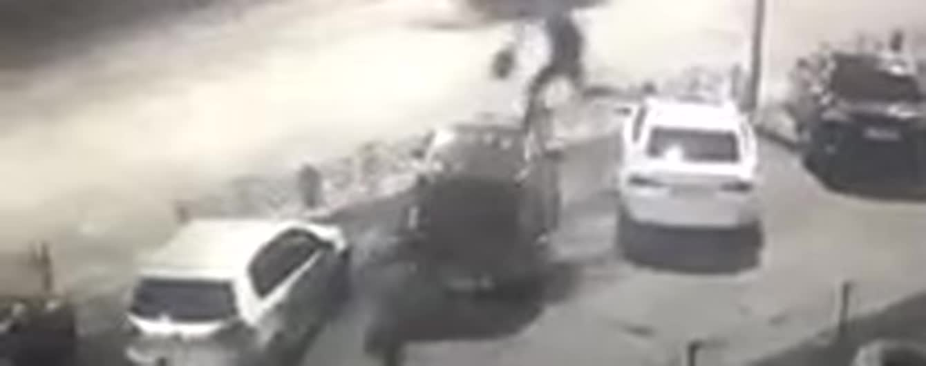 """В Киеве """"неадекват"""" допрыгал по машинам до маршрутки и поехал прочь. Видео"""