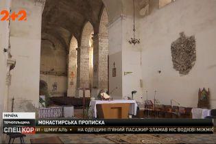 У Тернопільській області селищна рада прописує людей у чернечих келіях, а монахам відмовляє в реєстрації