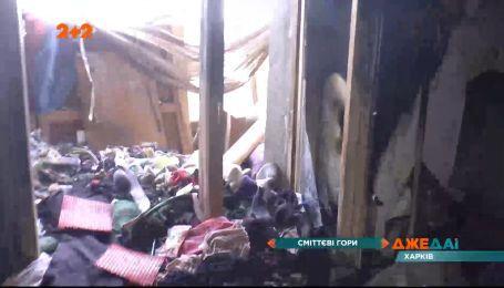 У харківській багатоповерхівці мешканець захаращує під'їзд мотлохом