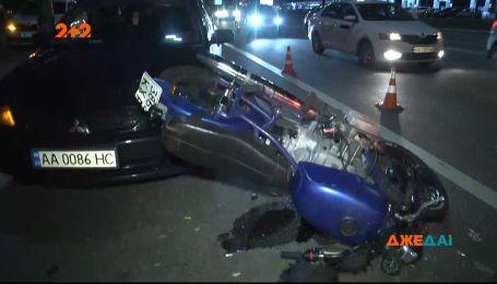 На бульварі Дружби народів мотоцикліст не впорався із керуванням – його забрали на швидкій