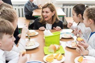 В классическом полосатом жакете и кедах: Елена Зеленская продегустировала школьное меню