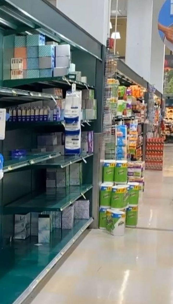В мире за паники на фоне коронавируса массово раскупают продукты первой необходимости