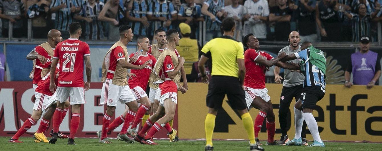 У Бразилії футболісти влаштували грандіозну бійку під час матчу та відхопили 8 червоних карток