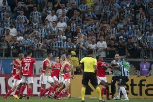 В Бразилии футболисты устроили грандиозную драку во время матча и отхватили 8 красных карточек