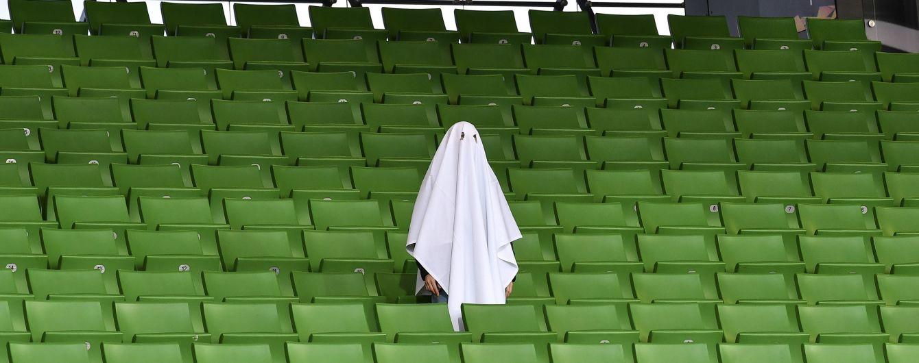 """Фото дня. Перед футбольным матчем Лиги Европы на пустом стадионе заметили """"человека-призрака"""""""