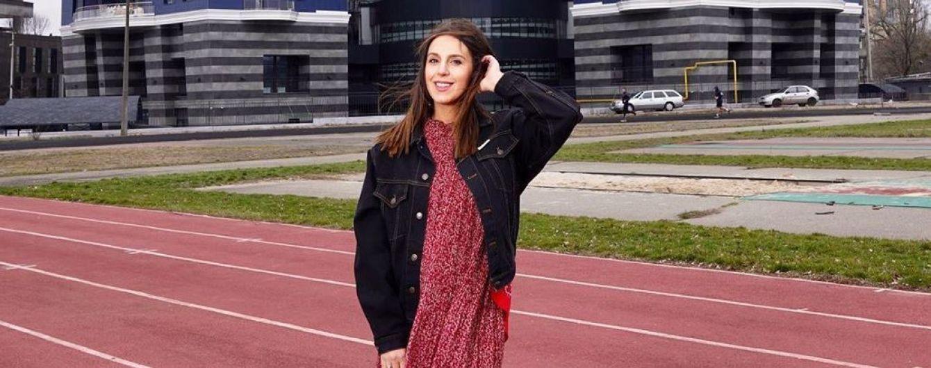 В цветочном платье и джинсовой куртке: весенний образ беременной Джамалы