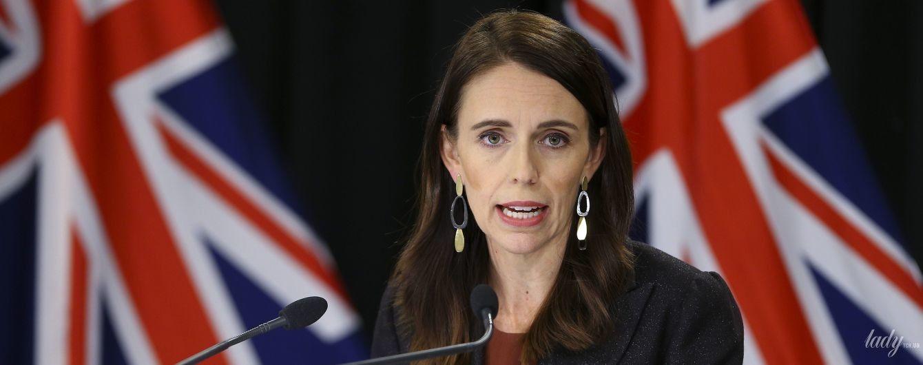 У старій сукні і з новими сережками: прем'єр-міністерка Нової Зеландії Джасінда Ардерн на пресконференції