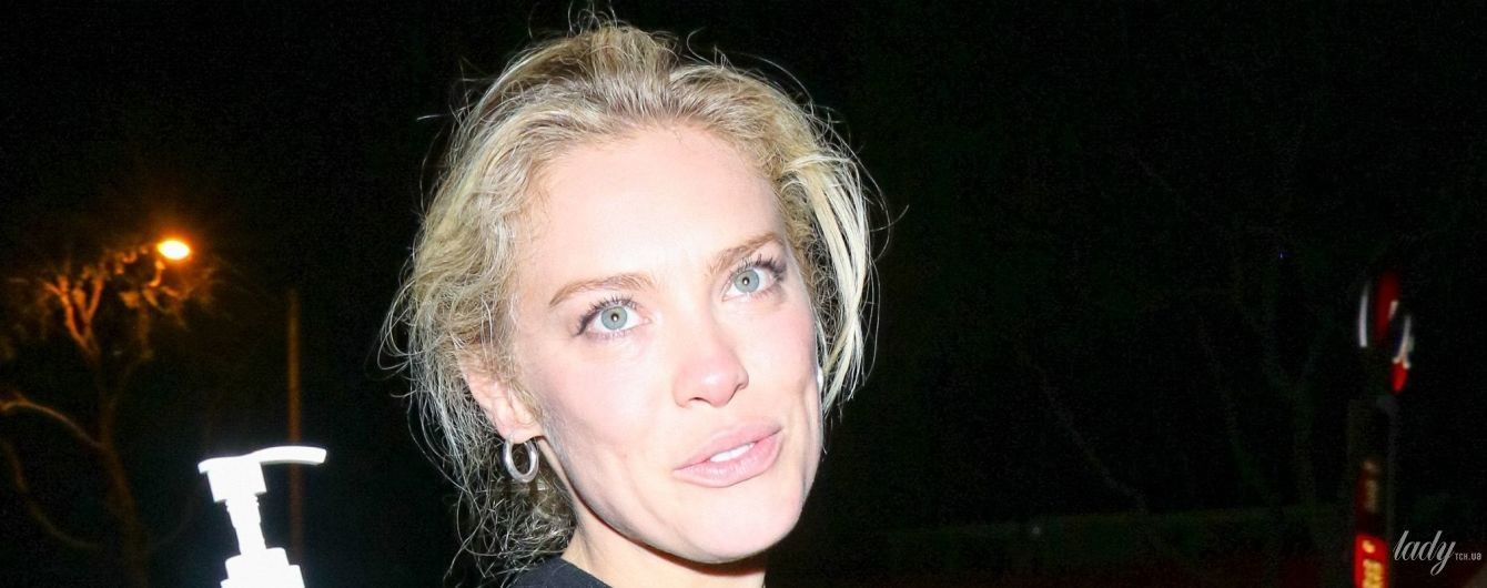Она не боится: звезда журнала Playboy прогулялась по городу с дезинфектором для рук