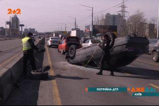 Водитель легковушки не справился с управлением, протаранил отбойник и перевернулся на крышу