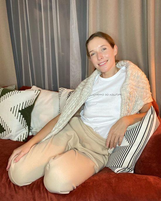 Осадча без макіяжу у спортивному костюмі показалася на карантині вдома