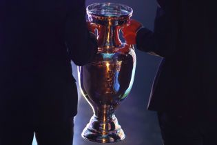Феерический конфуз: трофей Евро-2020 рухнул наземь в прямом эфире, видео стало вирусным
