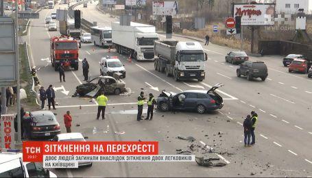 Двоє людей загинули внаслідок зіткнення двох легковиків у Київській області