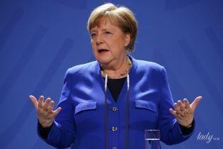 Сменила баклажановый жакет на синий: Ангела Меркель на пресс-конференции