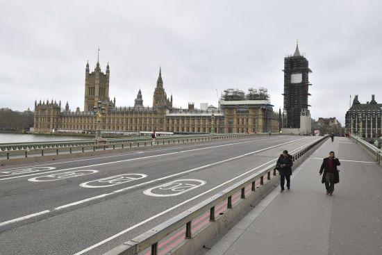 """""""Тримати людей на відстані"""": у Великій Британії через коронавірус закривають усі кафе, бари та ресторани"""