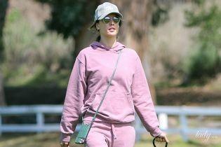 В рожевому спортивному костюмі і без маски: Алессандра Амбросіо на прогулянці з собакою