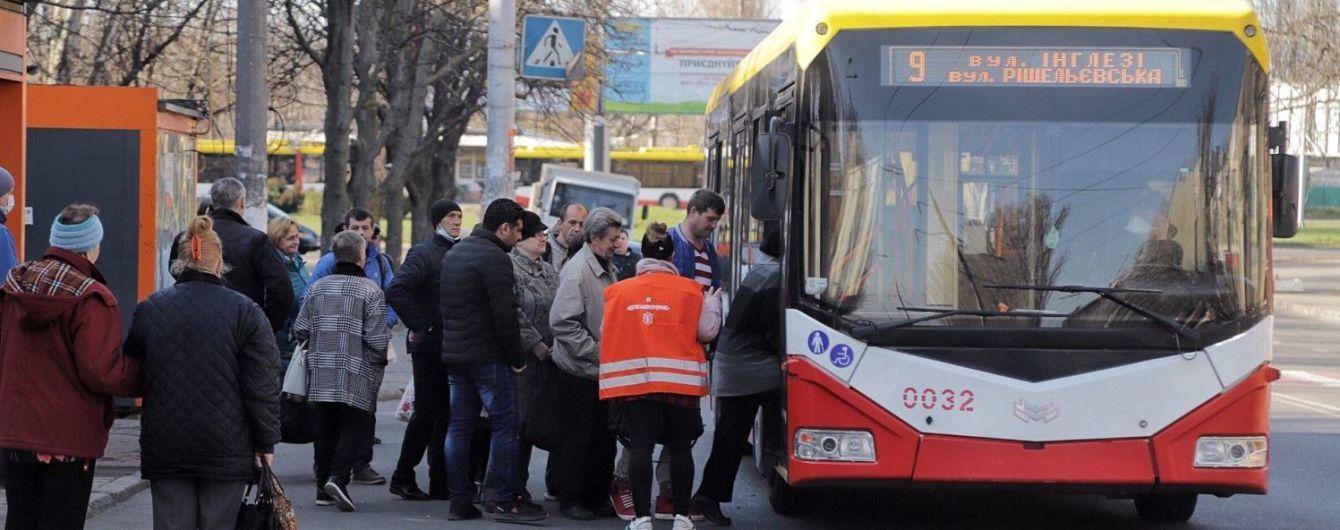 В Одессе люди блокируют общественный транспорт из-за ограничений в связи с карантином