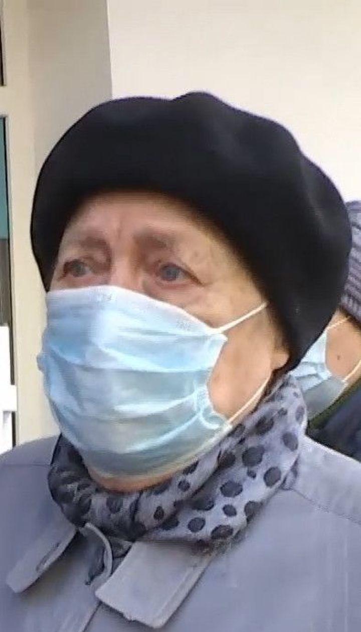 """Столичные пенсионеры штурмуют отделения """"Ощадбанка"""" во время карантина"""