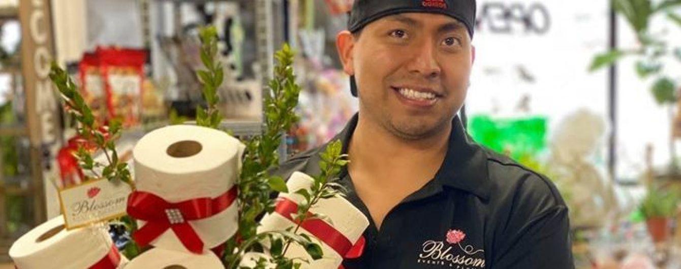 Американський флорист робить букети з туалетного паперу і рослин
