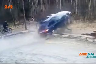 У Росії водій позашляховика хотів обережно виїхати з парковки, але залетів у хащі