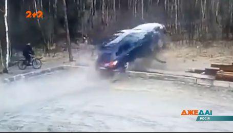 В России водитель внедорожника хотел осторожно выехать с парковки, но залетел в дерби