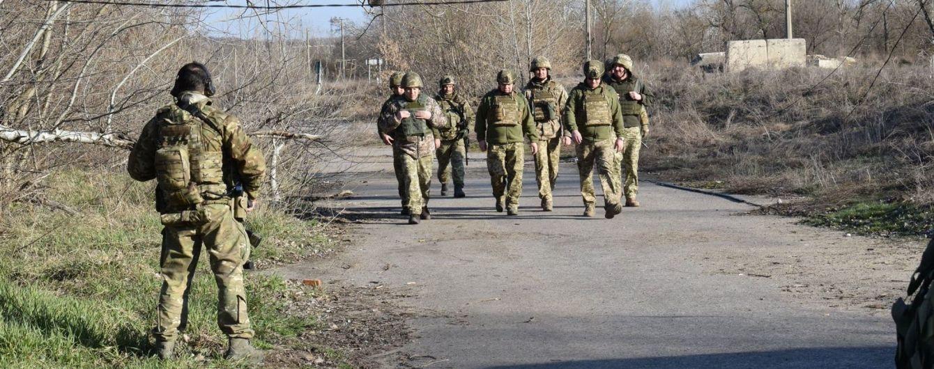На передовой был ранен украинский боец. Ситуация на Донбассе
