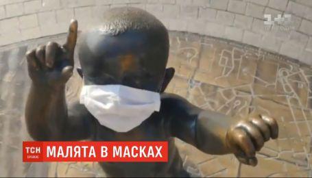 Неизвестные надели защитные маски на памятник маленьким основателям Киева