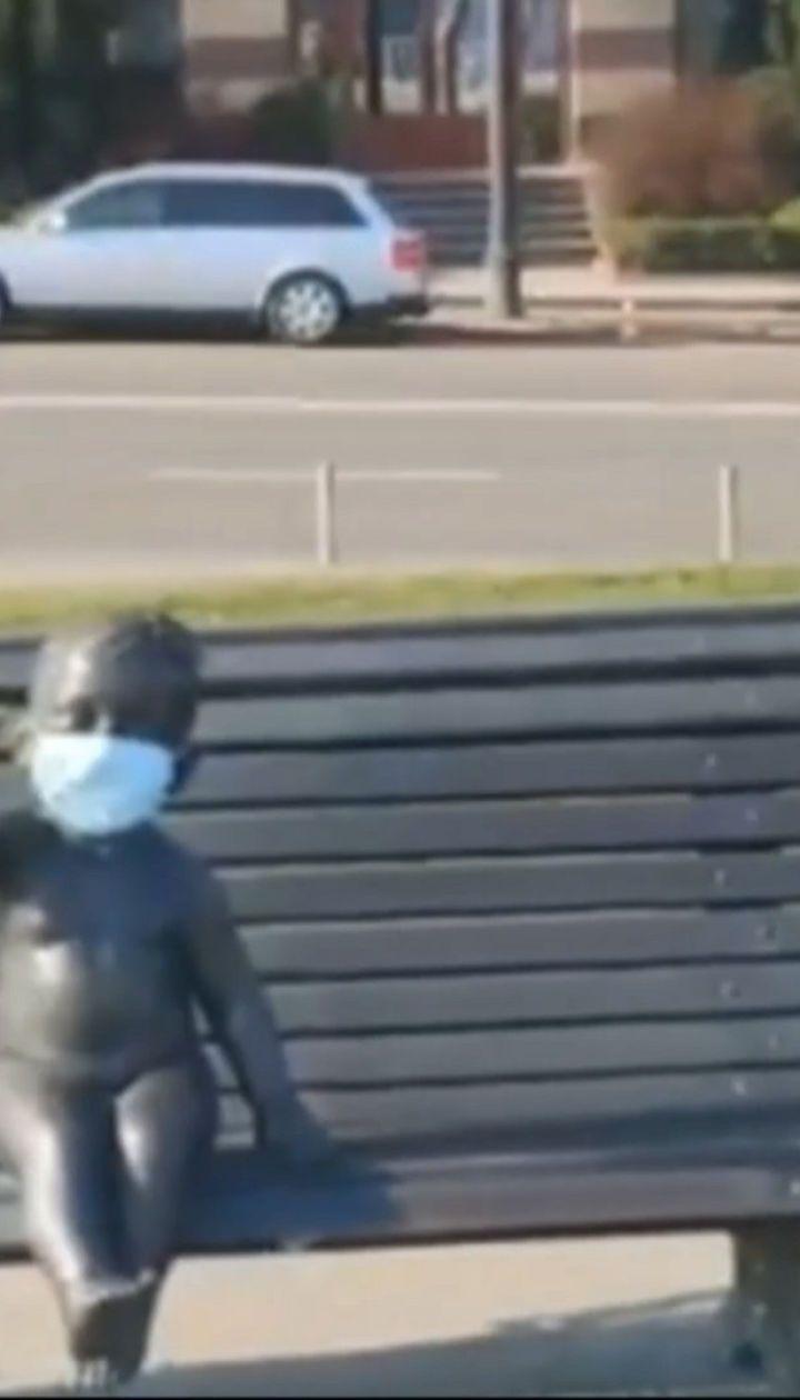 На памятник детям на Почтовой площади надели медицинские маски