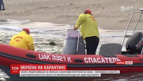 Надзвичайники на пляжі: в Одесі на море вийшли рятувальники, щоб пояснювати людям про коронавірус