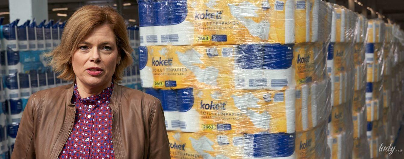 В кожаной куртке и блузке с ярким принтом: министр сельского хозяйства Германии проверила запасы туалетной бумаги